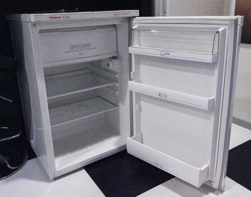 refrigerateur blanc de marque thomson cristal avec compartiment congelateur porte cassee dimensions. Black Bedroom Furniture Sets. Home Design Ideas