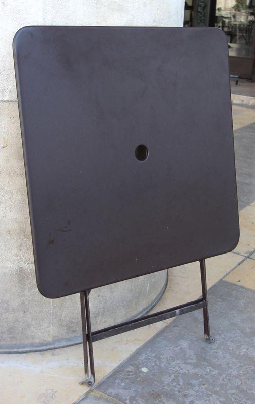 Table De Jardin Repliable De Marque Fermob Modele Bistro De Couleur Rouille Structure Et Plateau En