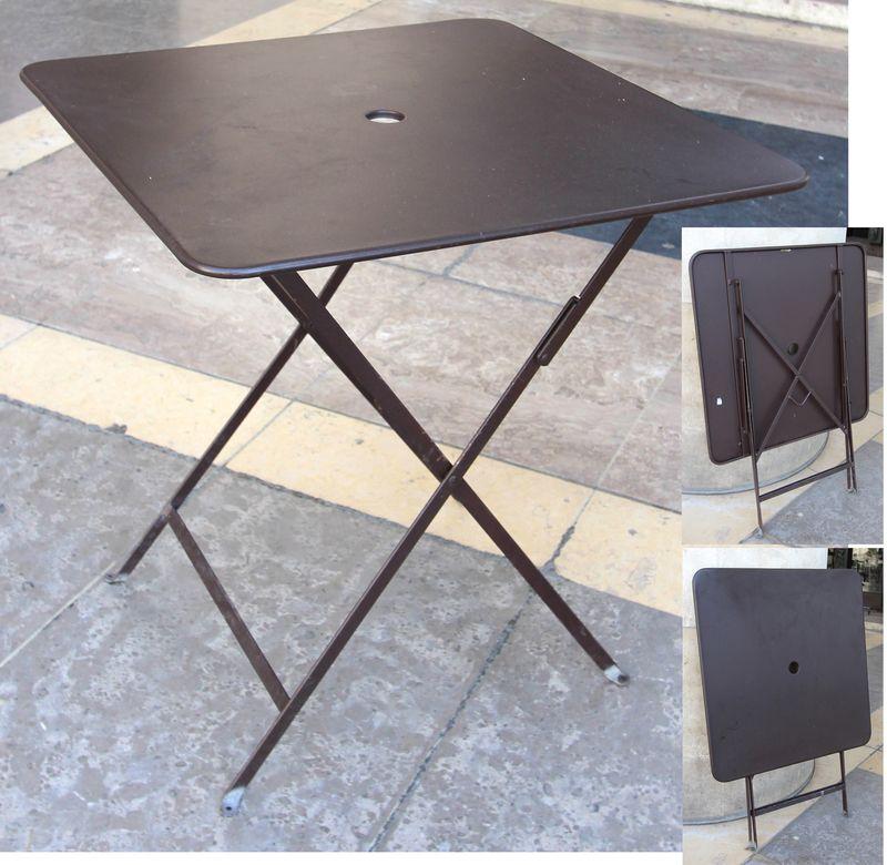 table de jardin repliable de marque fermob modele bistro de couleur rouille structure et plateau en. Black Bedroom Furniture Sets. Home Design Ideas