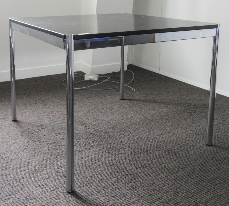 Table ou bureau carre de marque usm haller la structure et for Bureau usm haller