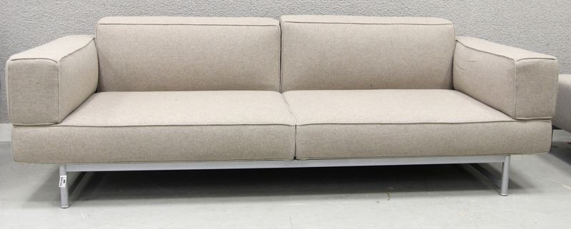 canape de marque cassina avec acottoirs de couleur beige 76 x 230 x 86 cm. Black Bedroom Furniture Sets. Home Design Ideas