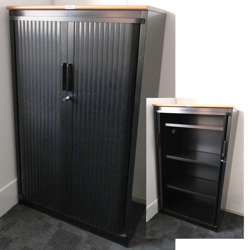 13 armoires mi haute metalliques fermant par 2 rideaux. Black Bedroom Furniture Sets. Home Design Ideas