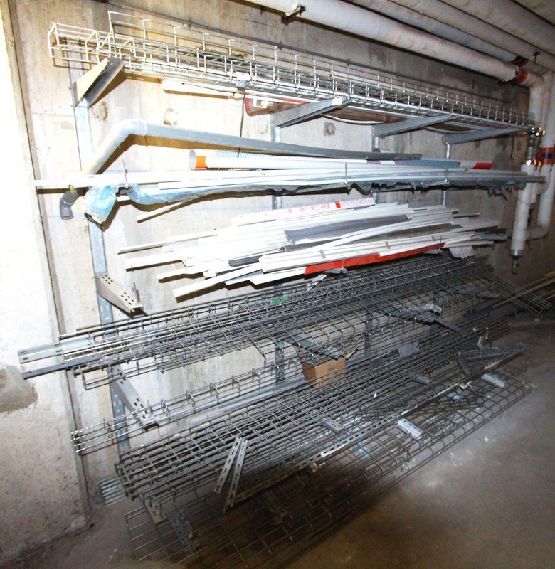 lot de ferraille comprenant de nombreux tubes rails et un rack en porte a faux reserve 1225 1er eta. Black Bedroom Furniture Sets. Home Design Ideas