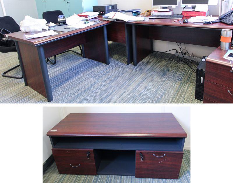 Bureau de direction en bois de couleur acajou comprenant un bureau