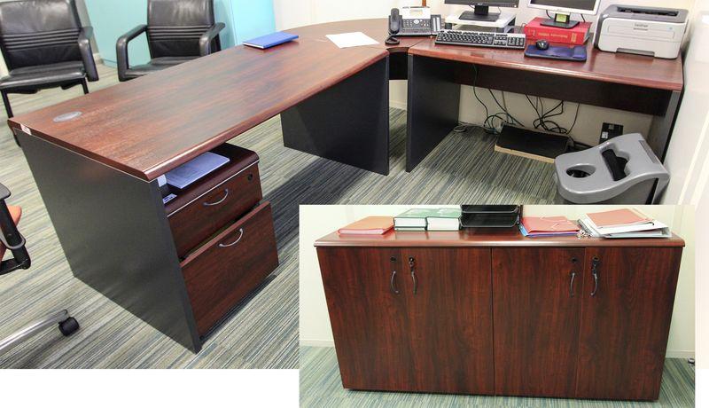 Mobilier de direction en bois couleur acajou comprenant un bureau