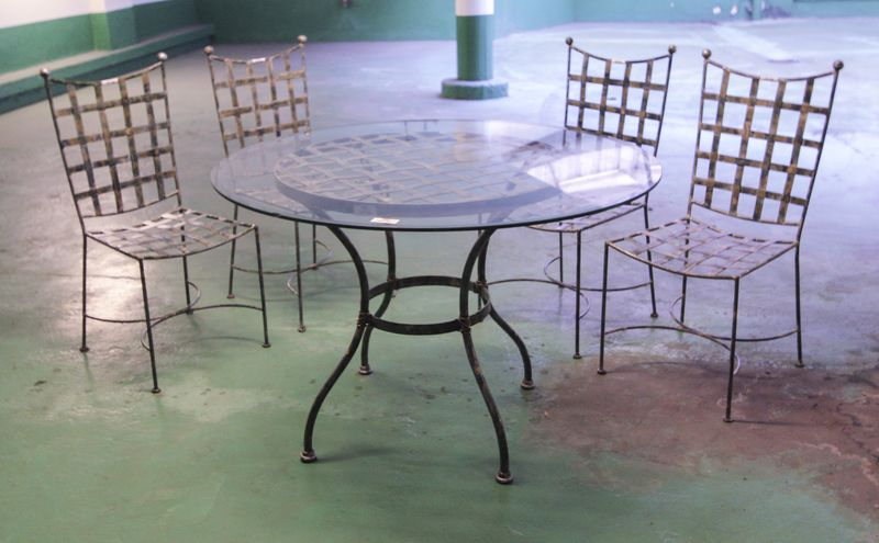 mobilier-de-jardin-en-fer-forge-comprenant-1-table-ronde ...