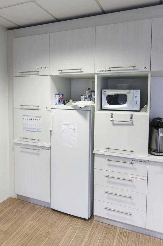 cuisine en bois melamine blanc comprenant 4 elements hauts 2 elements en partie moyenne et 4 elemen. Black Bedroom Furniture Sets. Home Design Ideas