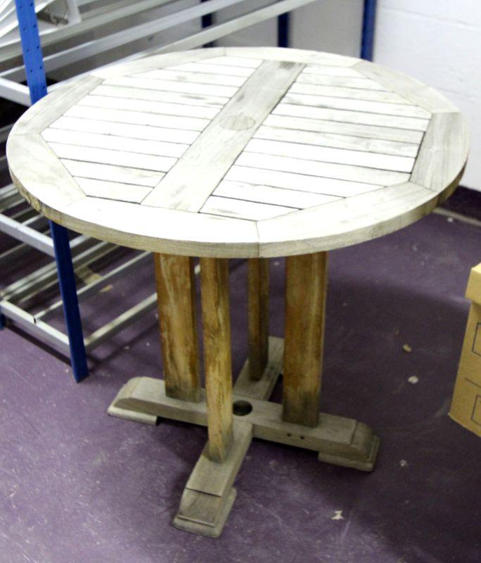 table-ronde-de-jardin-en-bois-naturel-reposant-sur-pietement ...