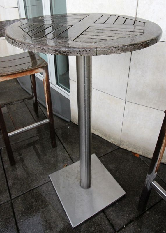 table-haute-ronde-de-jardin-en-teck-a-pietement-metallique ...