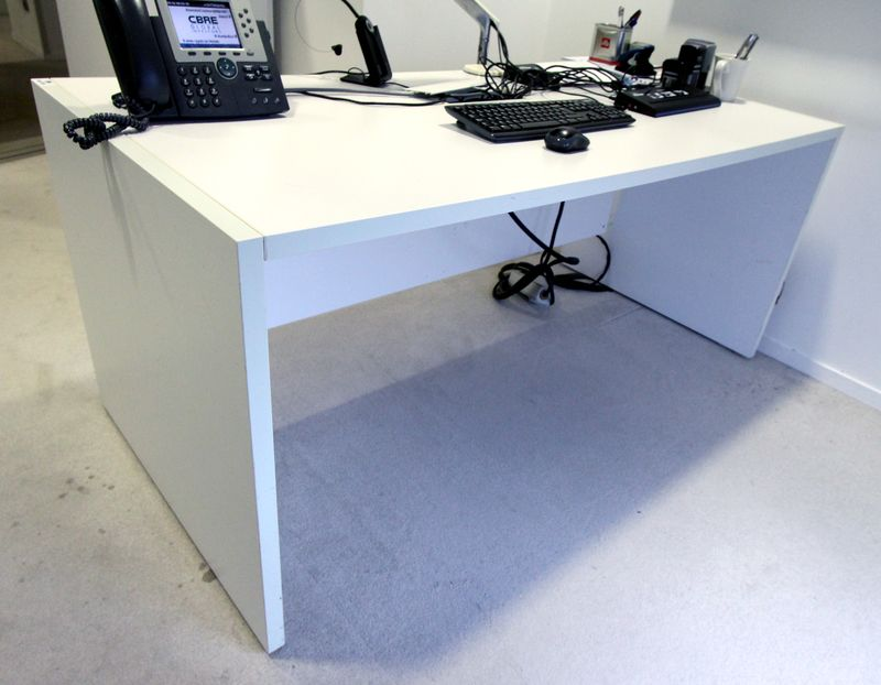 Bureau en bois stratifie blanc trappe technique dimensions x