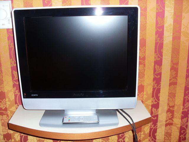 televiseur ecran plat sur socle de marque philips modele flat tv n 20hf523410 larg50 cm avec teleco. Black Bedroom Furniture Sets. Home Design Ideas